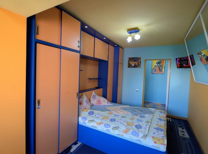 Flat 1 for rent short term Timisoara, crystal mirrors suspended in the nice bedroom D2